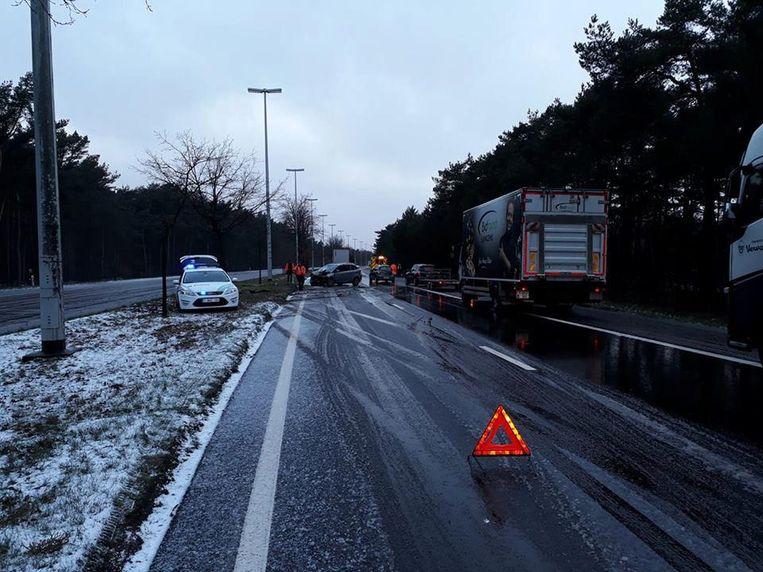 Een bestuurster belandde op de Ringlaan in Lommel tegen een boom op de middenberm.