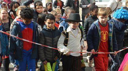 Leerlingen 't Landuiterke trekken met kinderstoet door de straten