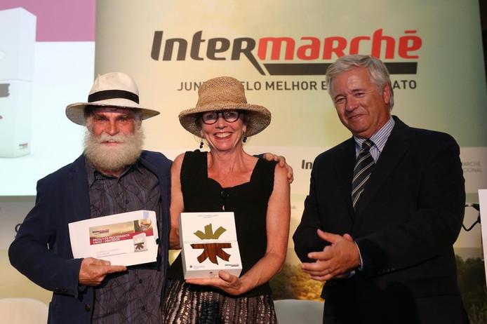 Huub en Wil Lenders met de vertegenwoordiger van Intermarché Portugal.