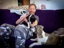 Katten van John Engels geven zo veel overlast dat ze van de huisbaas weg moeten: 'Ik heb zó veel gehuild'