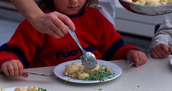 Illustratiebeeld - wie helpt mee met de maaltijdbedeling op school?