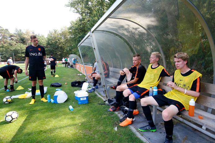Het nationale CP-voetbalteam komt even bij na een training in Zeist.