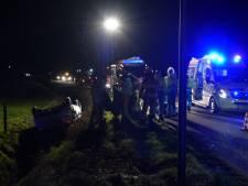 Auto slaat in Giethoorn over de kop en belandt in sloot