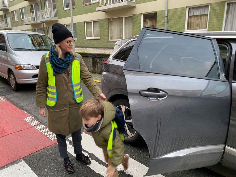 Het is veilig. Want de portier houdt in de gaten dat de overstekende kinderen niet in conflict komen met passerende fietsers
