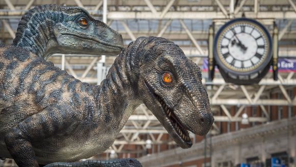 Dinosaurussen in het Londense Waterloo Station voor 'Jurassic World'.