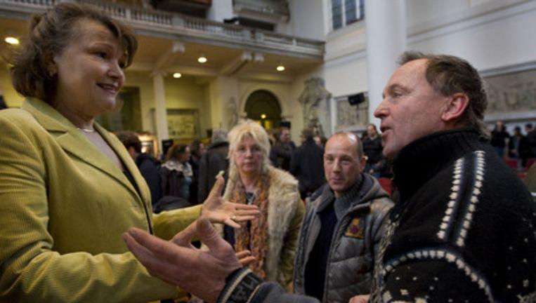 Els Iping (L) in gesprek met marktkooplieden. Archieffoto ANP Beeld
