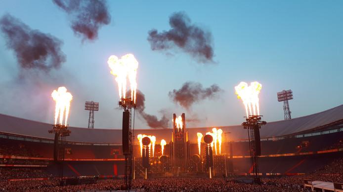 Veel vuur tijdens het concert van Rammstein in de Kuip.