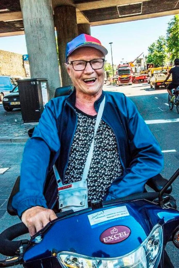 """Ad van Gool (68) rijdt dagenlang over de kermis. """"Prachtig om te zien!"""" Foto Jan van Eijndhoven"""