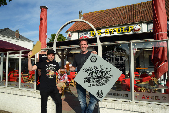 Remo van Hengel en Roy Lanser met de gouden tickets voor hun jarige Stulp