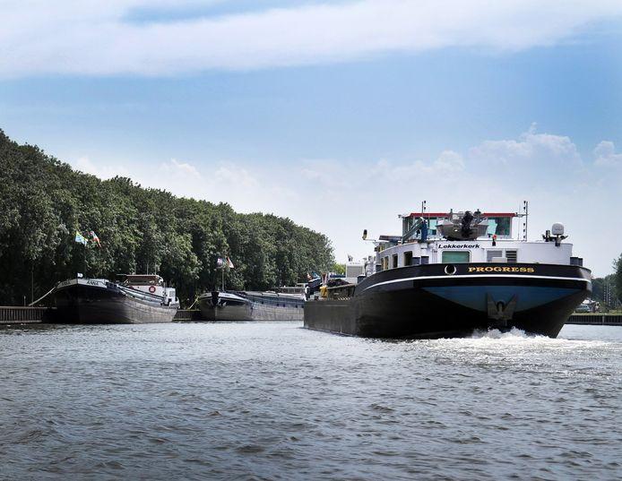 Het is vaak druk met schepen op het Merwedekanaal. De komende drie jaar willen de provincies Zuid-Holland en Utrecht op negen plekken de oever aanpassen.