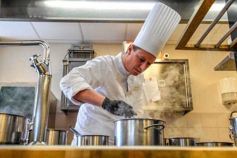 Lode De Roover aan het werk in de keuken van zijn zaak Fleur de Lin.