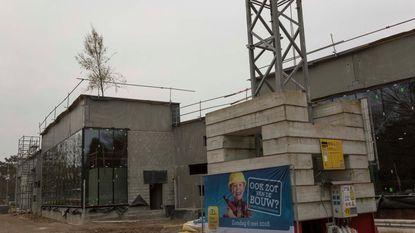 Meiboom siert dak nieuw sportcomplex