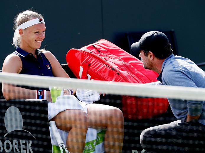 Kiki Bertens overlegt bij een achterstand van 5-1 in de eerste set met haar coach Raemon Sluiter, waarna ze niet veel later de set wint met 7-5.