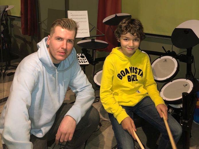 Stijn De Nollin met drumleerling Cayo.