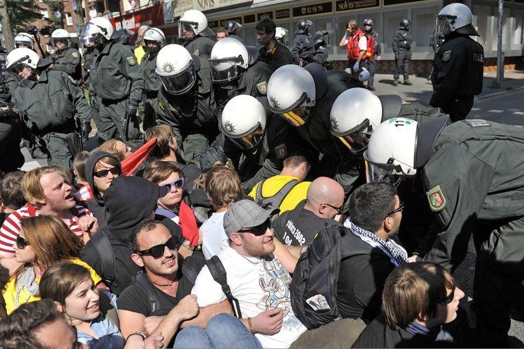 Extreemrechtse betogers worden tegengehouden door de politie in Dortmund. Beeld epa