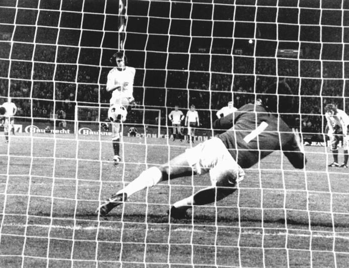 Rob Rensenbrink scoort in de Europa Cup II-finale namens Anderlecht vanaf elf meter tegen West Ham United.