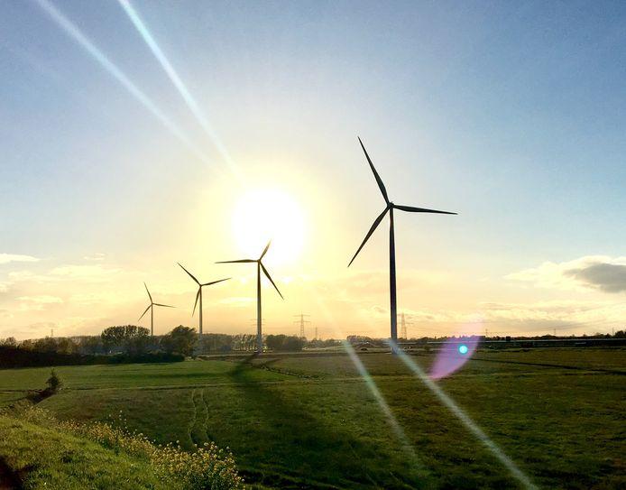 Vier of vijf windmolens moeten er komen in het groene gebied langs de Oude IJssel, enkele kilometers ten noordwesten van woonwijk De Huet in Doetinchem. Foto ter illustratie.