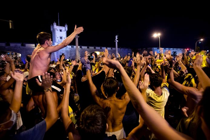 Fans van Cádiz vieren de promotie, waarbij de coronamaatregelen niet echt in acht worden genomen.