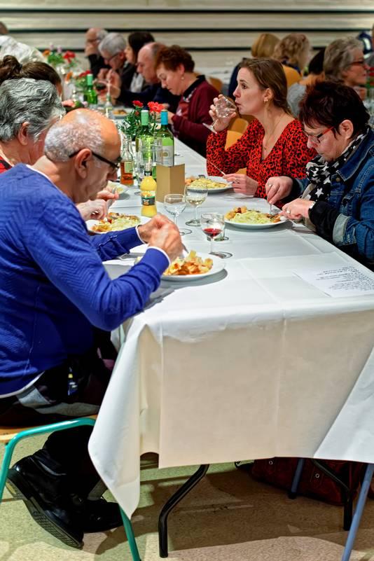 Roosendaal - 22-01-2020 - Pix4Profs / Johan Wouters - In het Huis van de Westrand in Roosendaal vond de voorstelling RONJA plaats, een combinatie van eerst een diner en daarna een voorstelling. Jong, oud, welgesteld en arm ontmoetten er elkaar.