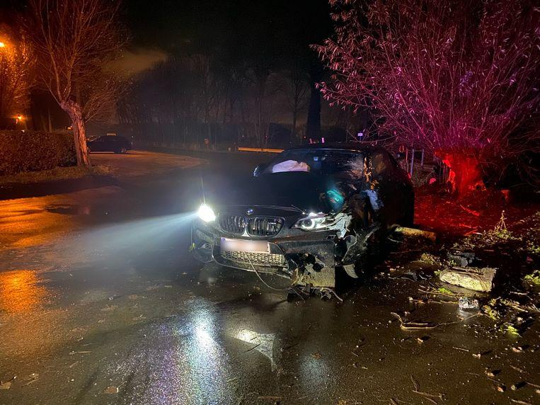 De BMW crashte door het glad wegdek langs Damse Vaart.