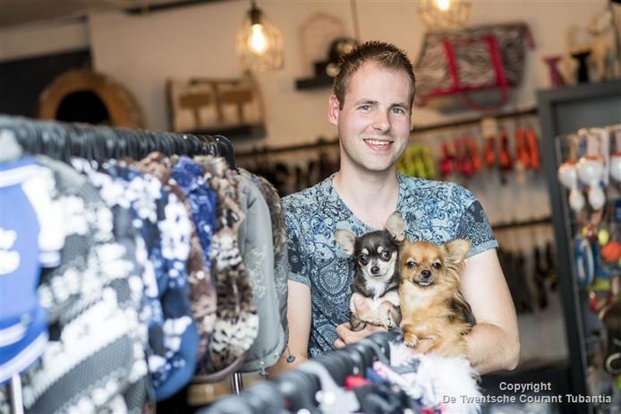 Danny Hulst in zijn Chihuahuashop in Enschede