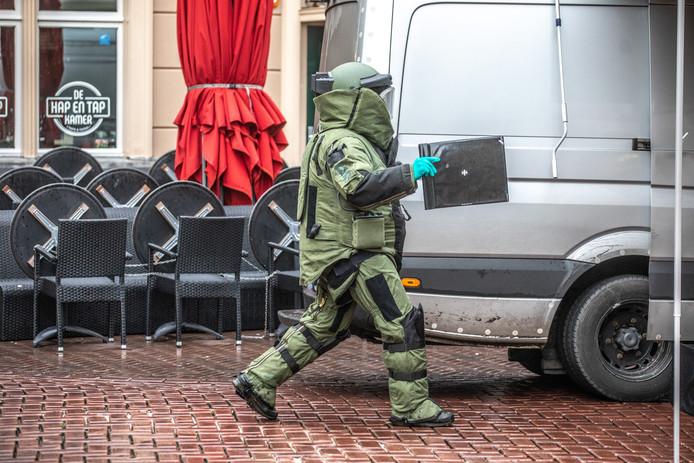 Een zwaar beveiligde EOD-medewerker onderzocht de granaat aan de deur bij Bruut.