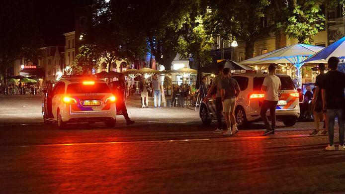 Op de Brink in Deventer bleef een vrouw maar schelden, ook tegen de politie.