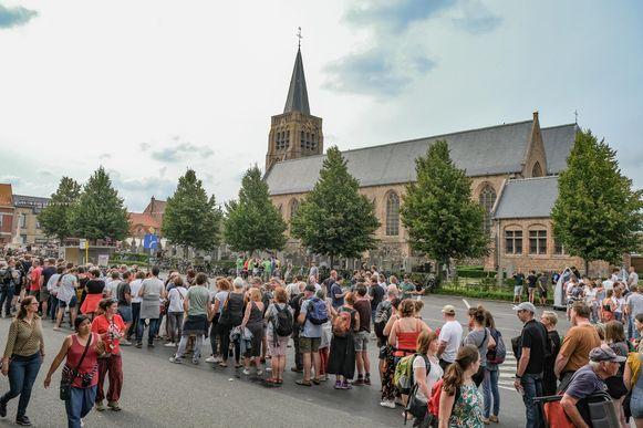 Voor het optreden van Geike, dat in de kerk plaatsvond, moesten mensen lang aanschuiven.