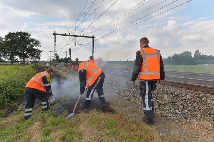 Een bermbrand tussen Deventer en Apeldoorn langs het spoor.