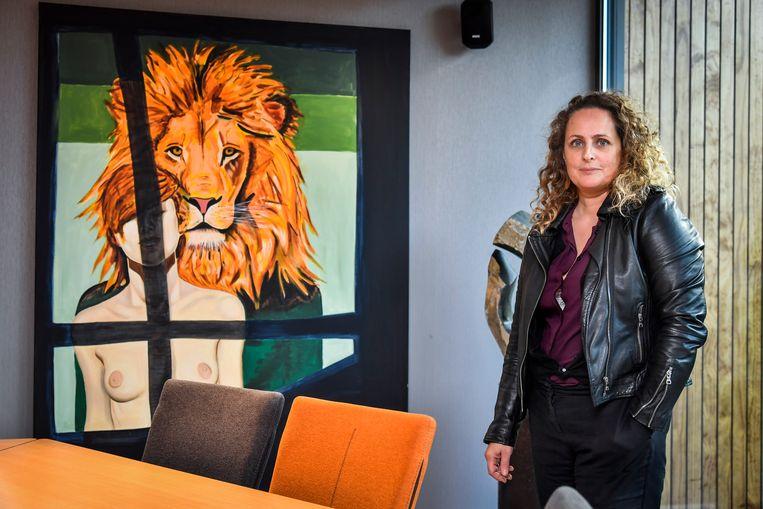 Nathalie Pien bij één van haar werken