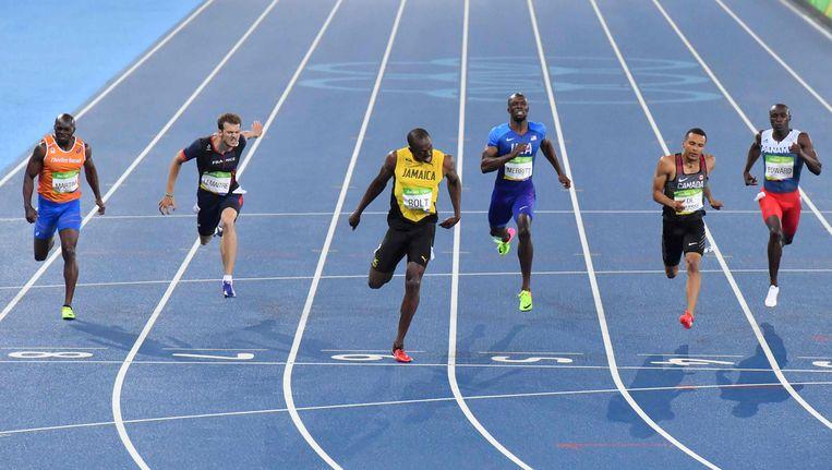 Churandy Martina links, Usain Bolt in het geel. Beeld AFP