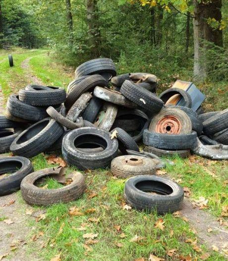 Oude banden gedumpt in bos bij Gees