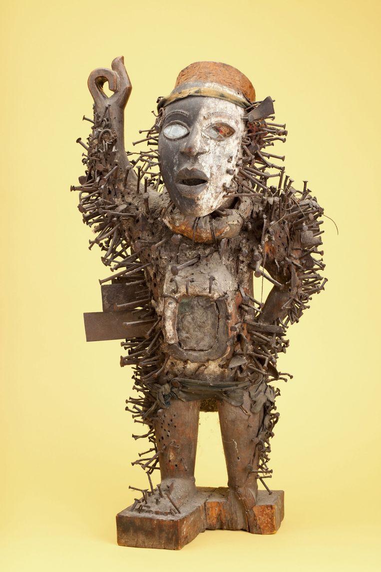 Tijdens de opnames van het televisieprogramma Tijdens Tussen Kunst & Kitsch in 2012 is een Afrikaans beeld ontdekt dat naar schatting 150 duizend euro waard is. Het gaat om een Congolees houten voorouderfiguur, vol geslagen met spijkers en met een spiegel op de buik. Het werk is gemaakt in de 19de eeuw. Beeld ANP Communique