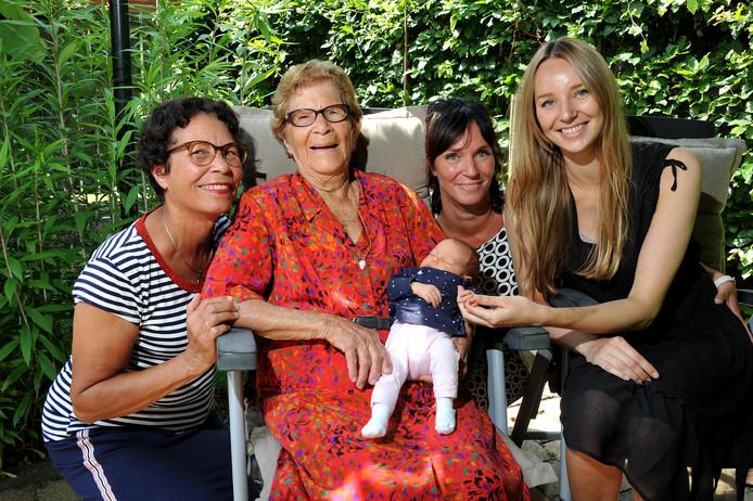 Vijf generaties Dordtse vrouwen: Melvin Rozenberg (73), Liesbeth Blenman (102), Noortje Kuipers, Bianca Havelaar (47) en Mabel Havelaar (24).