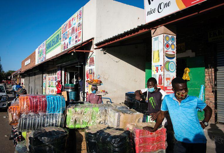 Het normaal bedrijvige Zuid-Afriaanse Musina is door de lockdown hard getroffen. Veel winkels zijn gesloten of hebben te maken met weinig klandizie. Zonder Zimbabwanen heerst er in Musina direct een economische crisissfeer. Beeld Bram Lammers