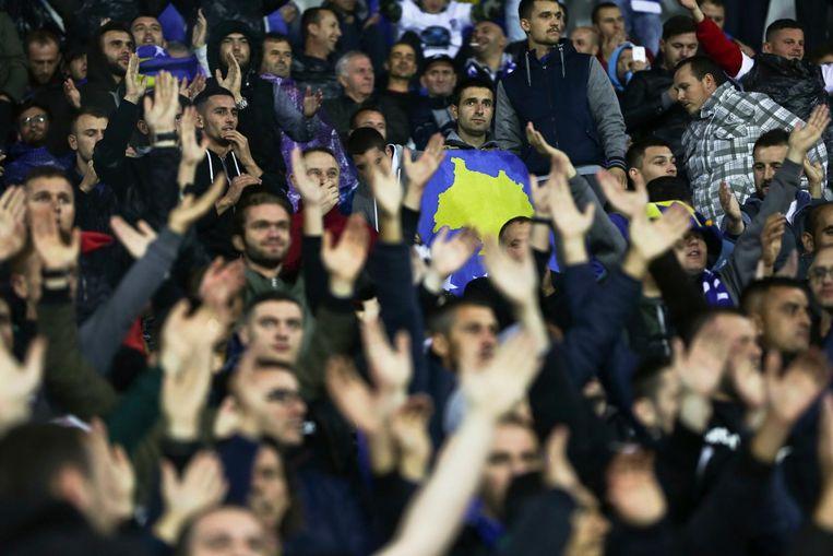 Kosovaarse fans tijdens de wedstrijd tegen Kroatië. Beeld ap