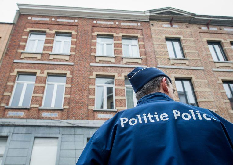 Een politieagent in de Brusselse wijk Molenbeek. Beeld EPA