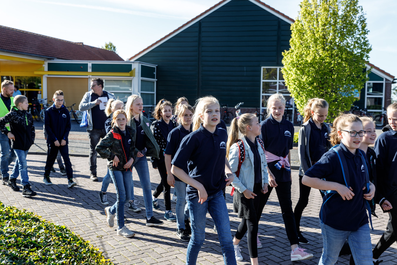 Ongeveer vijfhonderd wandelaars, waaronder veel leerlingen van scholen uit Oldemarkt en omgeving, zijn maandagavond gestart voor de avondvierdaagse.