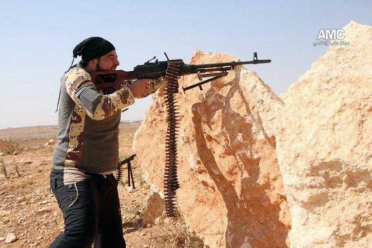 Een strijder van het Vrije Syrische Leger in Aleppo. Beeld AP