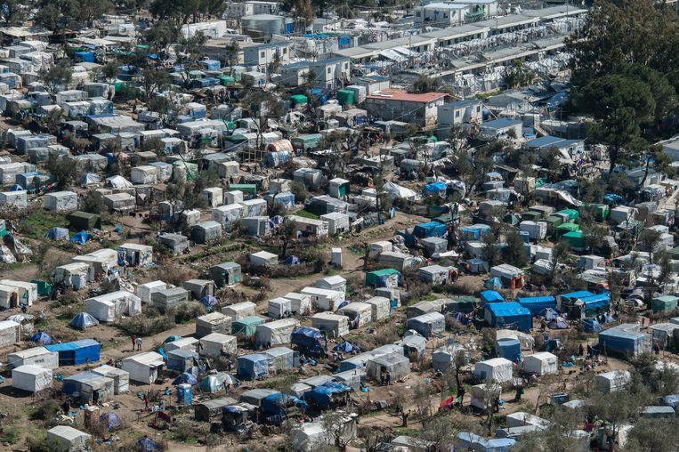 Bovenaanzicht van kamp Moria op Lesbos, waar 22.000 vluchtelingen op elkaar gepakt zitten. Beeld Getty Images