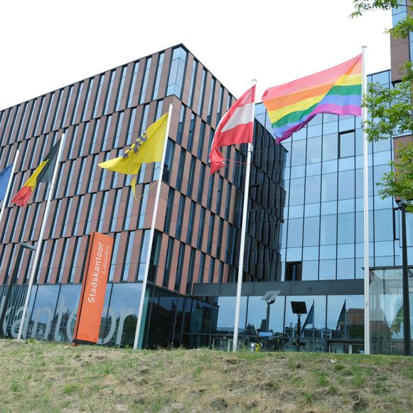 De regenboogvlag aan het Stadskantoor in Leuven. Of de vlag ook naar zusterstad Krakau in Polen wordt gestuurd, valt nog af te wachten.