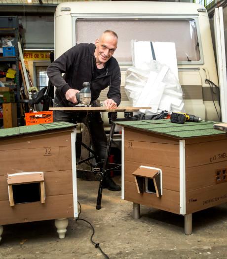 Deze Vlaardinger maakt luxe huisjes voor zwerfkatten: 'Als er een zwervertje in ligt, dan smelt ik'
