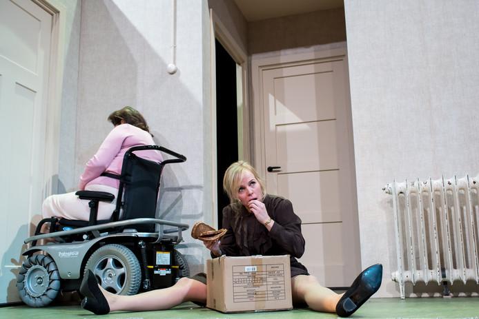Scène uit 'In Vrede' met Wendell Jaspers en Annet Malherbe (links)