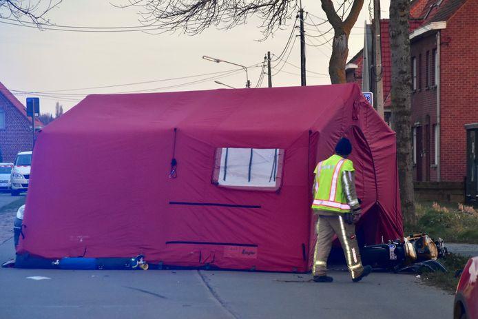 De brandweer plaatste een tent op de plaats van het ongeval, in de Maaldestedestraat in Zillebeke.