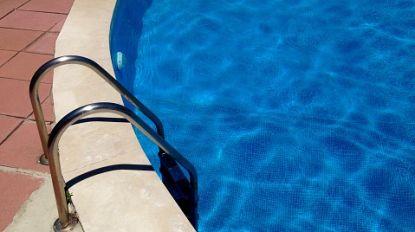 Belgische jongen (7) kritiek tijdens vakantie in Portugal: arm zat minutenlang klem in zwembadfilter