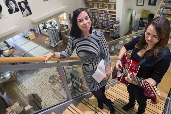 Ellen Lina (links) met muzikante Anouk van der Kemp in boekhandel Het Colofon, waar 'Crash' op 5 november wordt gepresenteerd.