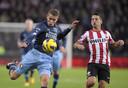 Dries Mertens (R) van PSV in duel met Sven van Beek (L) van Feyenoord in de KNVB bekerwedstrijd.