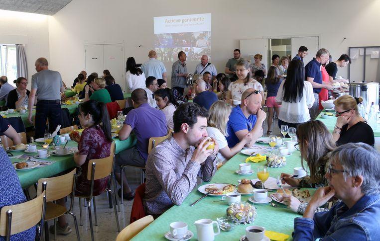 De nieuwe inwoners werden getrakteerd op een ontbijtbuffet.