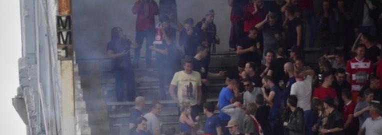 De voetzoeker die een knal bereikte tot wellicht 170 decibel zorgde voor paniek op Tribune 2 van Antwerp.