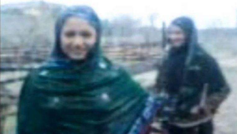Noor Basra en haar zus Noor Sheza dansen in de regen. Beeld YouTube